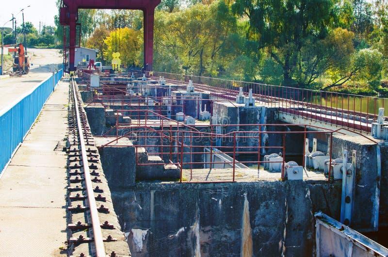 Dam en slotsysteem op de rivier royalty-vrije stock foto