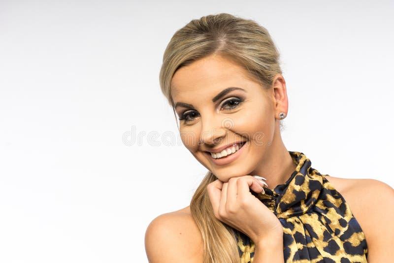 Dam i den bruna kappan som poserar i studio Härlig elegant kvinna, långt blont hår i aftonklänning Skönhetstående av modernt mode arkivbild