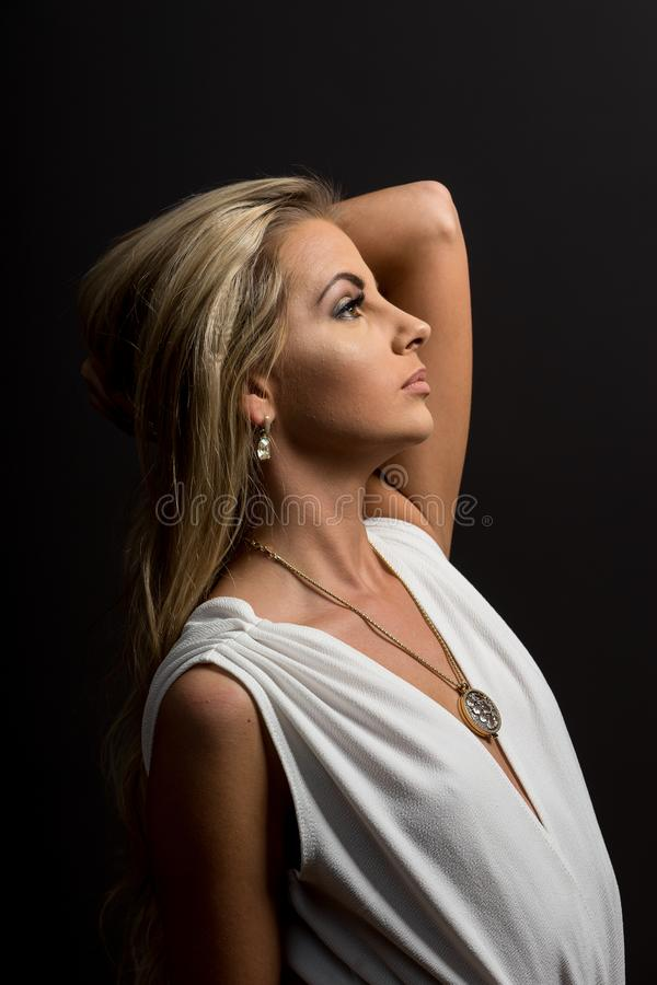 Dam i den vita blusen som poserar i studio Härlig elegant kvinna, långt blont hår i skjorta arkivbild