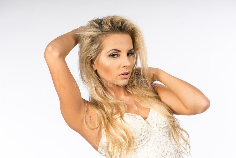 Dam i den vita blusen som poserar i studio Härlig lång elegant kvinna för blont hår i skjorta Skönhetstående av modellmode royaltyfri fotografi