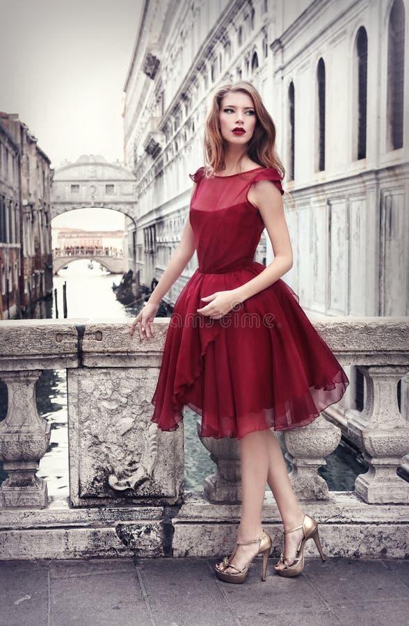 Dam i rött i Venedig, Italien fotografering för bildbyråer