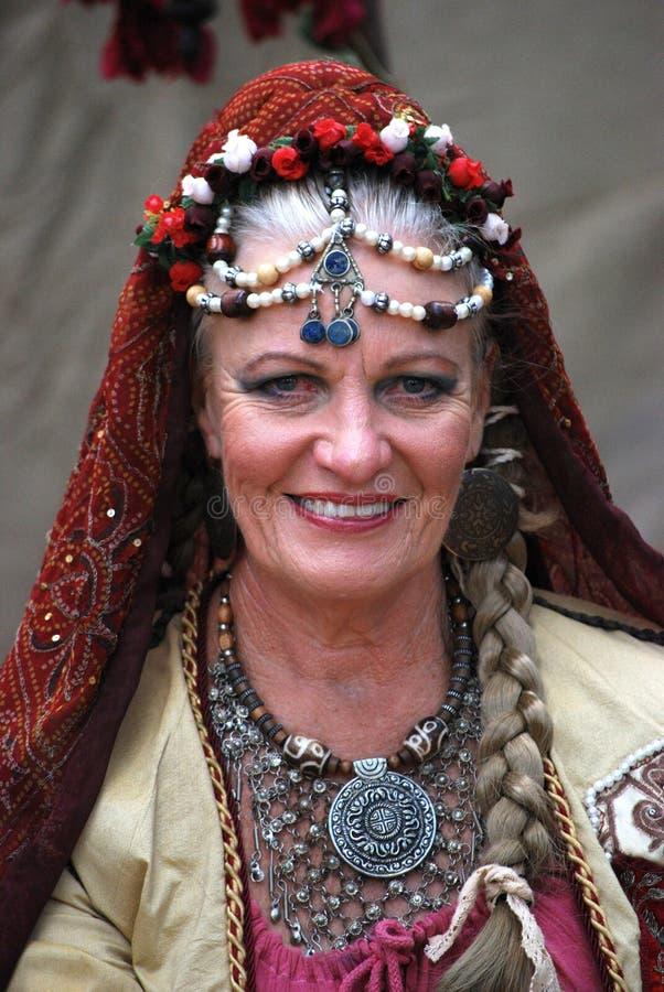 Dam i zigensk dräkt på den medeltida mässan royaltyfri foto