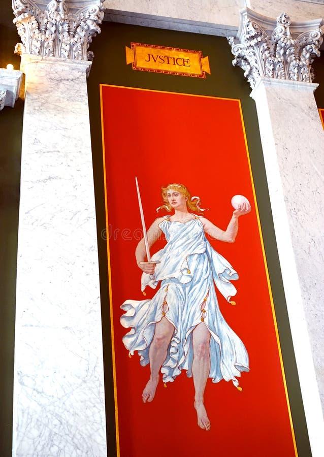 Dam Justice med hennes orb och svärd royaltyfri foto