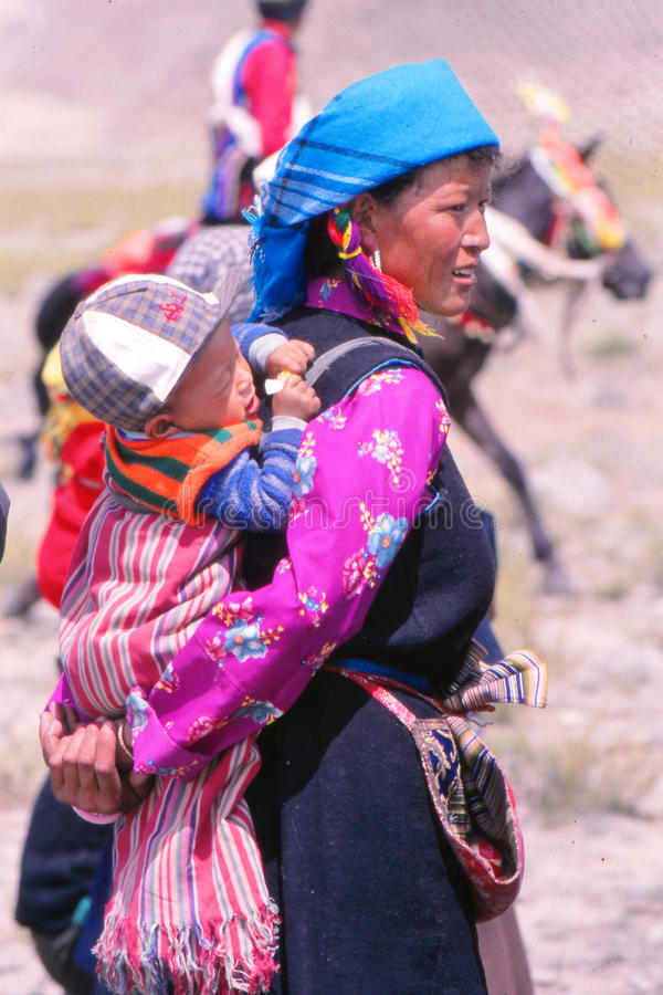 Dam med barnet på festivalen i Ladakh, Indien royaltyfria foton