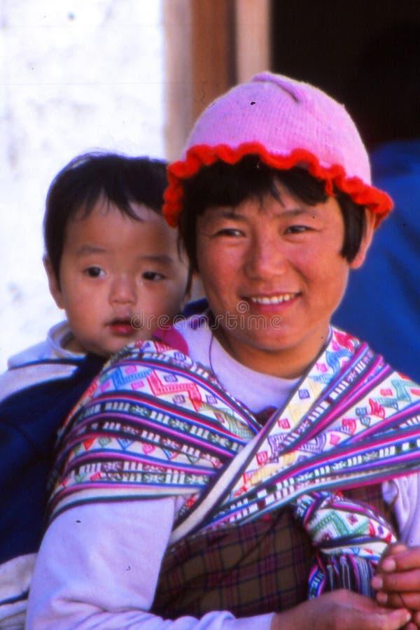 Dam med barnet på festivalen i Ladakh, Indien arkivfoton