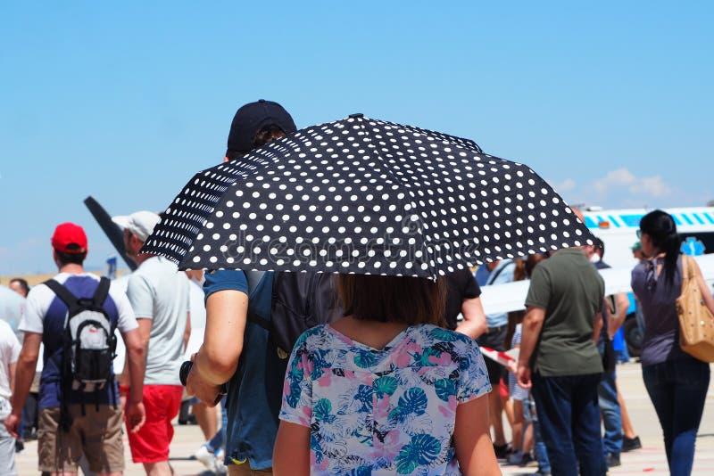 Dam med paraplyet på temperaturen 30º royaltyfri foto