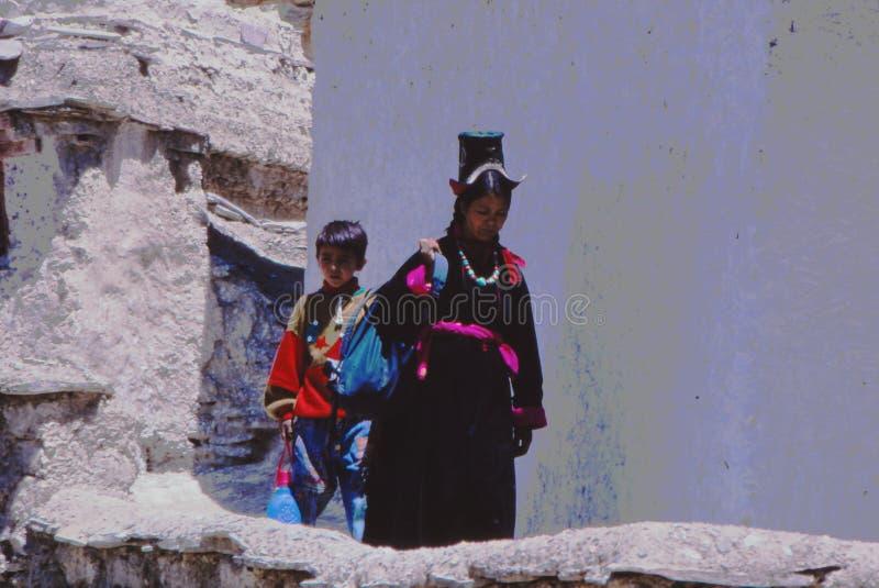 Dam och barn i Ladakh, Indien arkivfoto