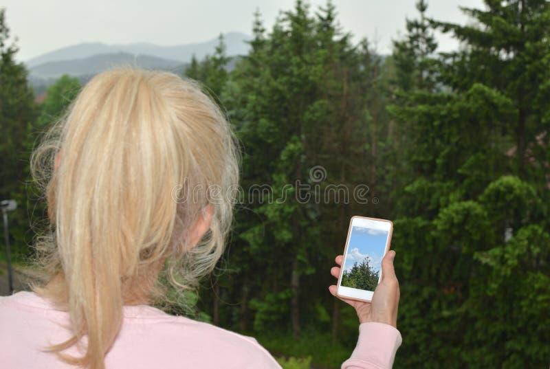 Dam och mobiltelefon med bilden royaltyfria foton