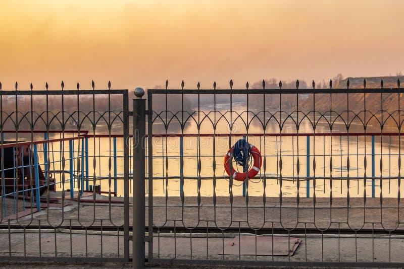 Dam op de rivier bij zonsondergang royalty-vrije stock afbeelding