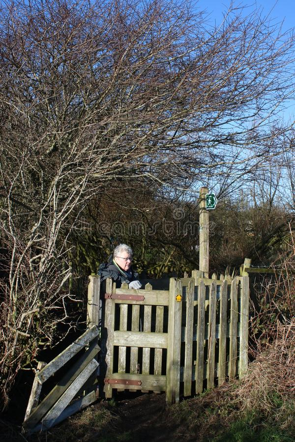 Dam på att kyssa porten på den offentliga vandringsledet, vinter royaltyfria bilder