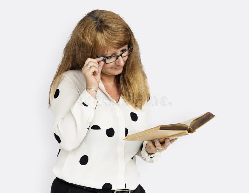 Dam Reading Book Concept för mogen affär arkivbild