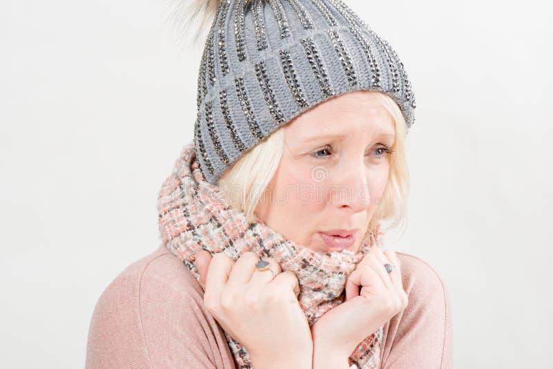 Dam In Scarf och vinterhatt som kyler förkylning royaltyfri foto