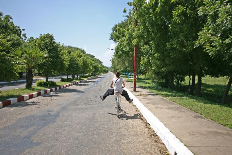 Dam som cyklar i Bagan arkivfoton