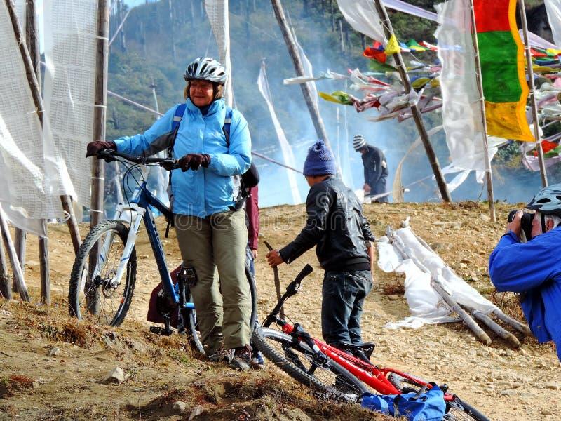 Dam som får klar för att cykla på den Dantak vägen royaltyfri foto