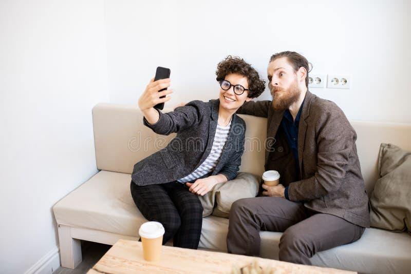 Dam som fotograferar med den roliga vännen royaltyfria bilder