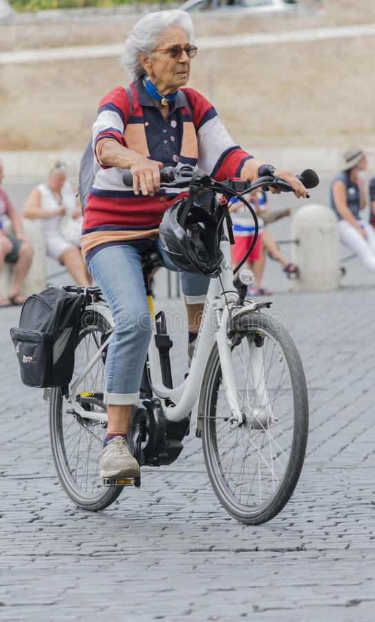 Dam som går med hans bicicleta i mitten av Rome royaltyfri foto