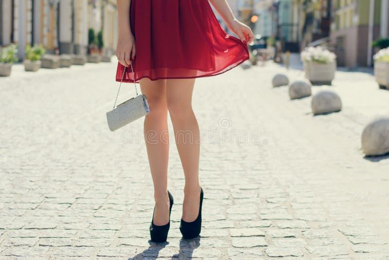 Dam som har ett datum med hennes pojkvän Hon bär röd beaut fotografering för bildbyråer