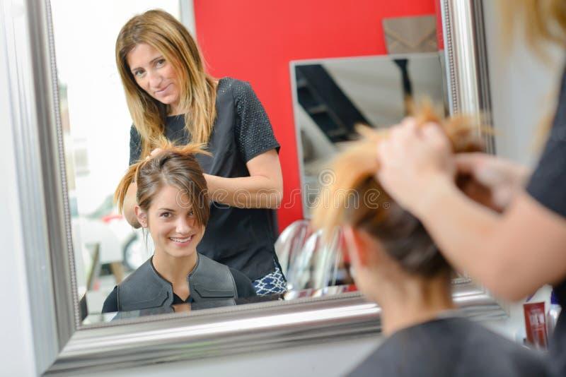 Dam som har hår att utformas i frisörer arkivfoto