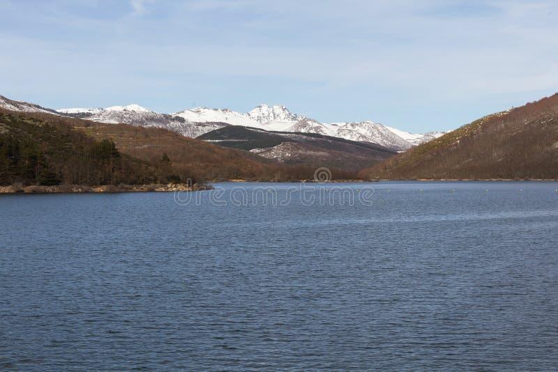 Dam tussen bergenlandschap met Sneeuw stock afbeeldingen