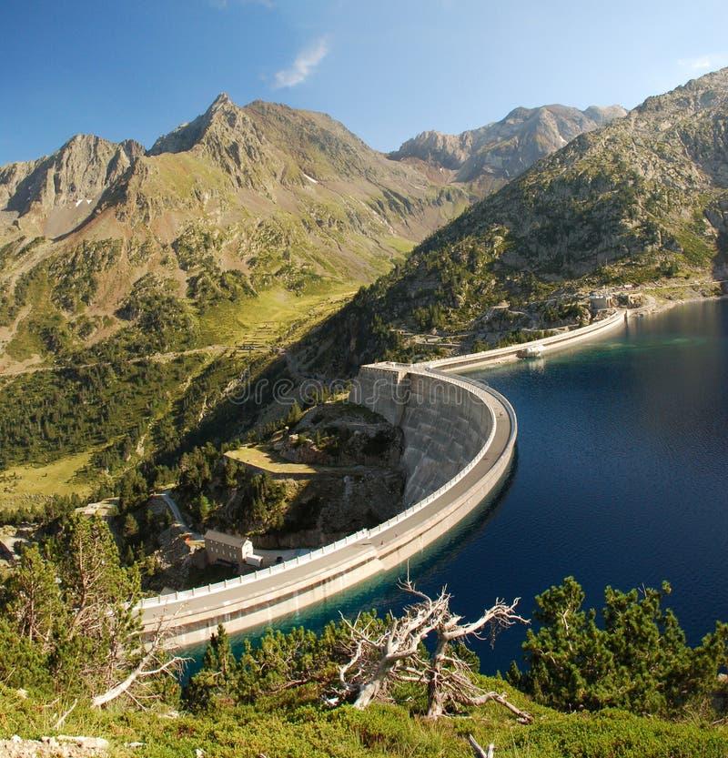 Dam van GLB-DE-Lang meer in de Franse hautes-Pyreneeën royalty-vrije stock fotografie