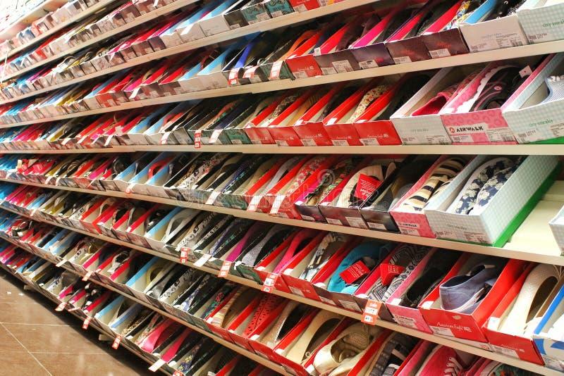 Dama buty dla sprzedaży na półkach obrazy stock