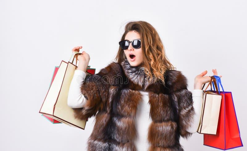 Dama chwyta torby na zakupy Rabat i sprzedaż Zakup z rabatem na czarnym Piątku Robić zakupy z promo kodem wielki dziewczyna zakup obrazy royalty free