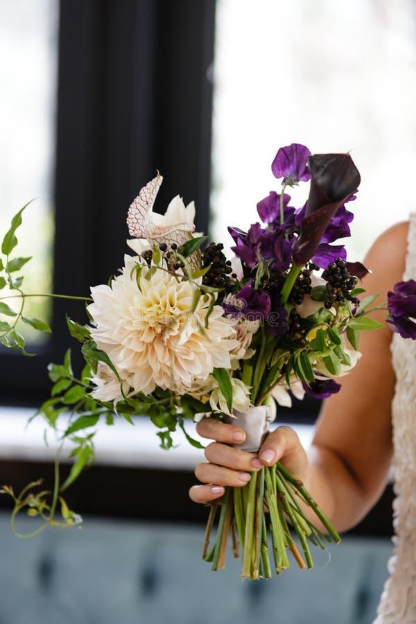 Dama de honor de la novia que sostiene el ramo de la flor de la boda imágenes de archivo libres de regalías