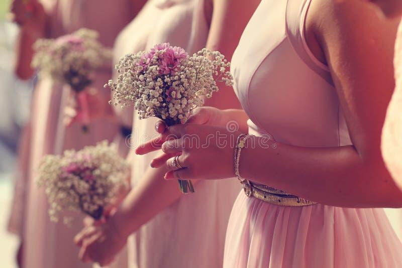 Dama de honra que guarda o ramalhete das flores fotografia de stock royalty free