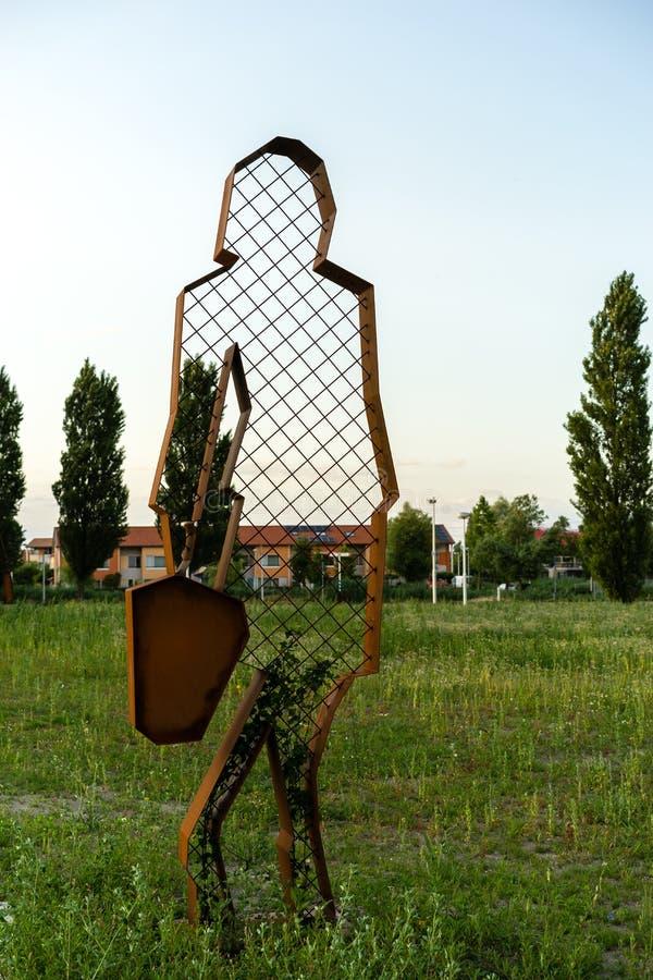 Download Dama di ferro in un campo immagine stock. Immagine di campo - 56893357