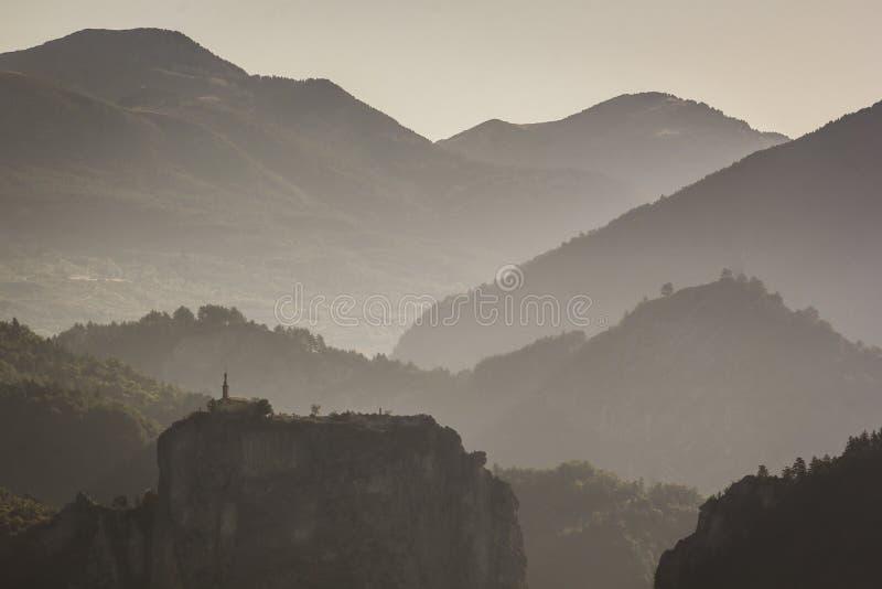 Dama du Roc y montañas próximas de Chapelle Notre en la primera luz fotos de archivo