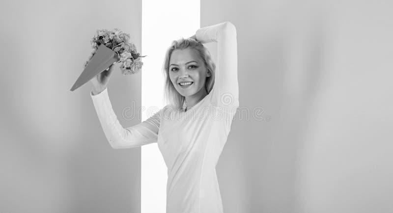 Dama faworyta szczęśliwi otrzymywający kwiaty jako prezent Bukieta równy szczęście Kobieta uśmiecha się podobieństwa otrzymywać b fotografia stock