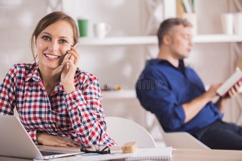 Dama na telefonie używać laptop zdjęcia royalty free