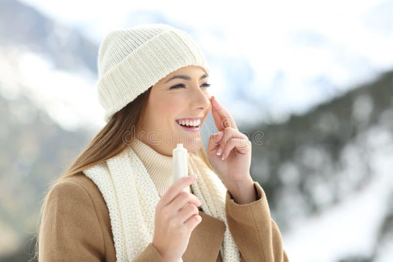 Dama nawadnia twarzy skórę z moisturizer śmietanką zdjęcia royalty free