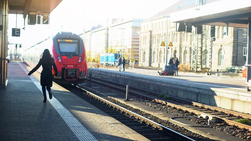 Dama póżno dla pociągu, biegający na platformie, życie w nowożytnym mieście, zarządzanie zdjęcie stock