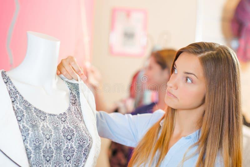 Dama patrzeje kurtkę na mannequin zdjęcia stock