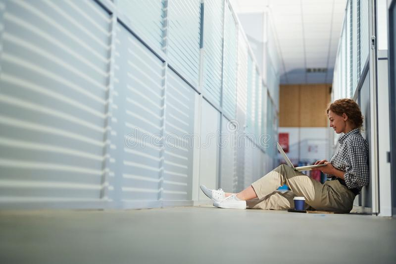 Dama projektant używa laptop w korytarzu fotografia stock