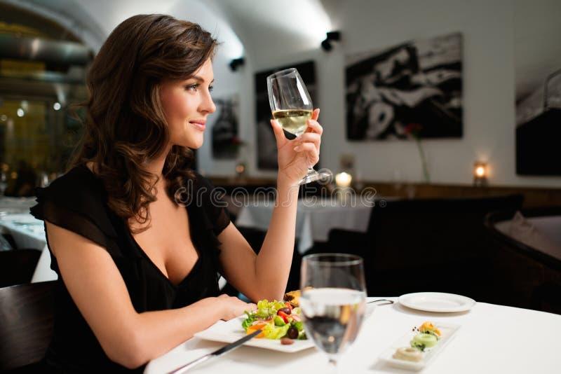 Dama samotnie w restauraci obrazy stock