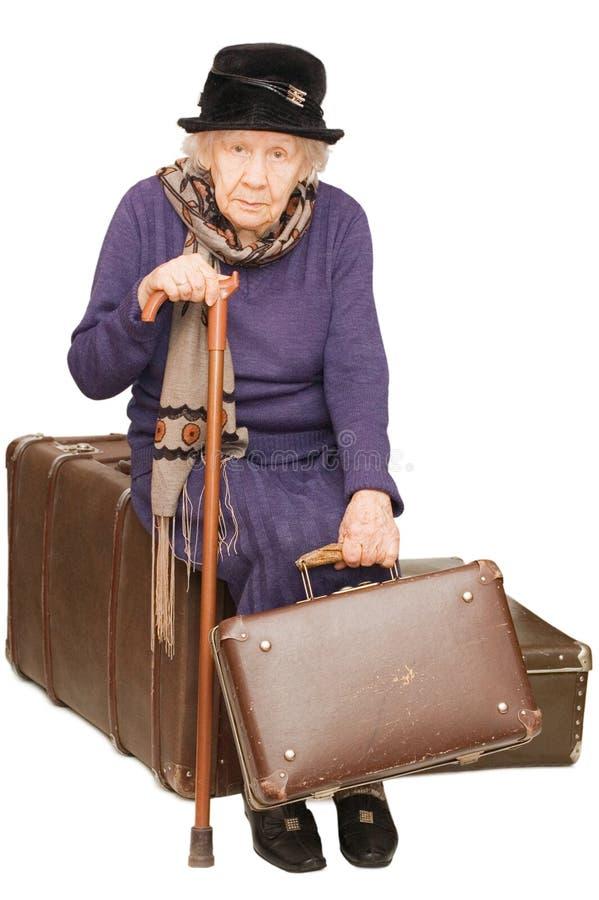 Download Dama stara siedzi walizkę zdjęcie stock. Obraz złożonej z rękojeść - 13338782