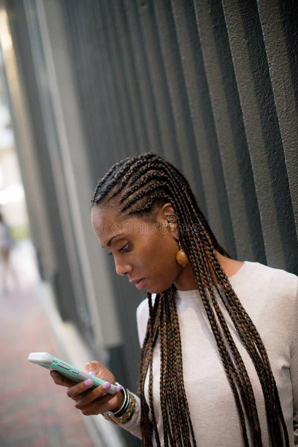 Dama texting na telefonie komórkowym zdjęcia stock