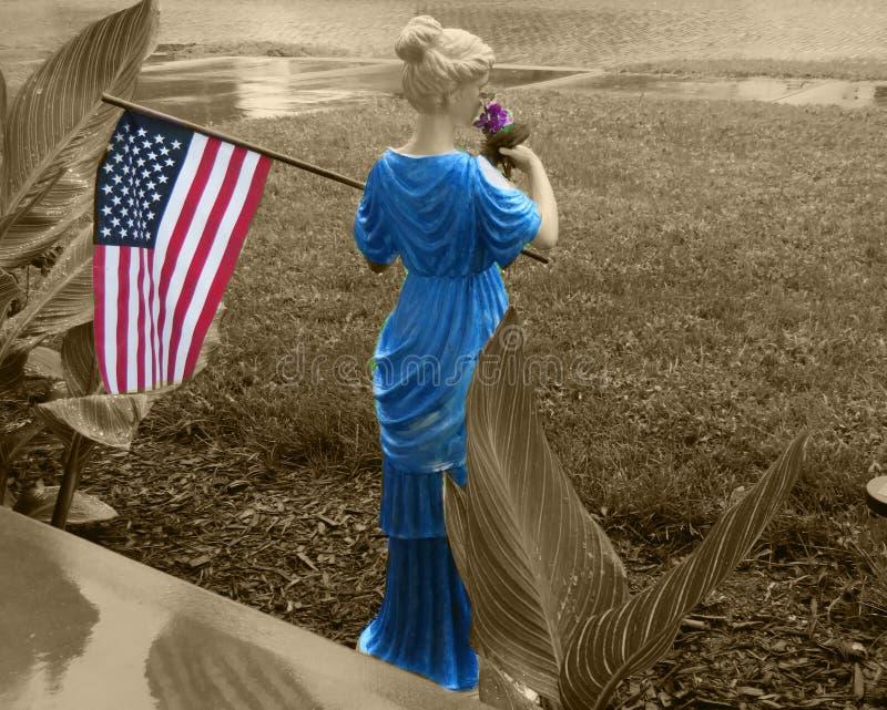 Dama Trzyma Stany Zjednoczone flagę w Mój Frontowym jardzie zdjęcie royalty free
