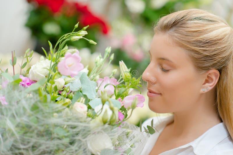 Dama wącha bukietów kwiaty fotografia royalty free