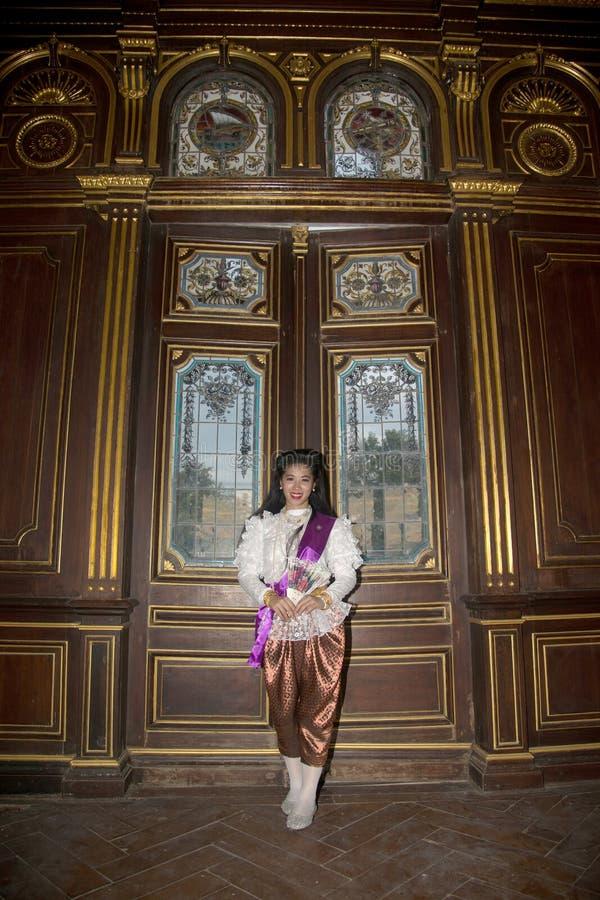 Dama w Środkowy Tajlandzki klasyczny tradycyjny smokingowego kostiumu pozować salowy przy starym stacja kolejowa budynkiem obrazy royalty free