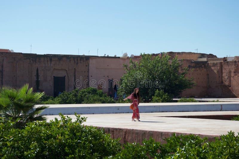 Dama w antycznym Marokańskim podwórzu fotografia royalty free