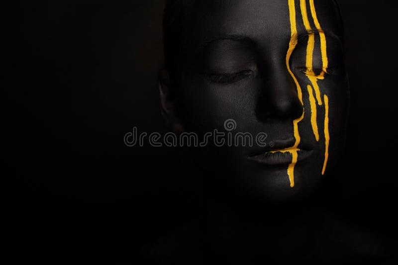 Dama w czarnej farbie z żółtymi smudges zdjęcia royalty free