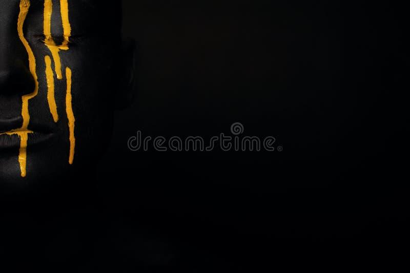 Dama w czarnej farbie z żółtymi smudges fotografia royalty free