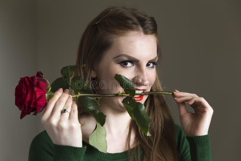 Dama w zieleni z czerwieni różą obrazy royalty free