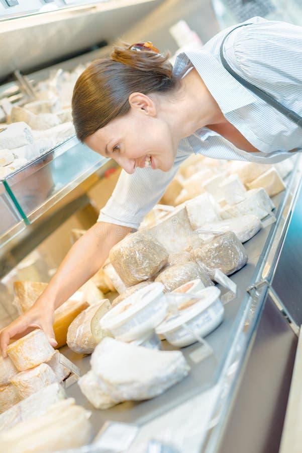 Dama wybiera ser od kontuaru zdjęcie stock