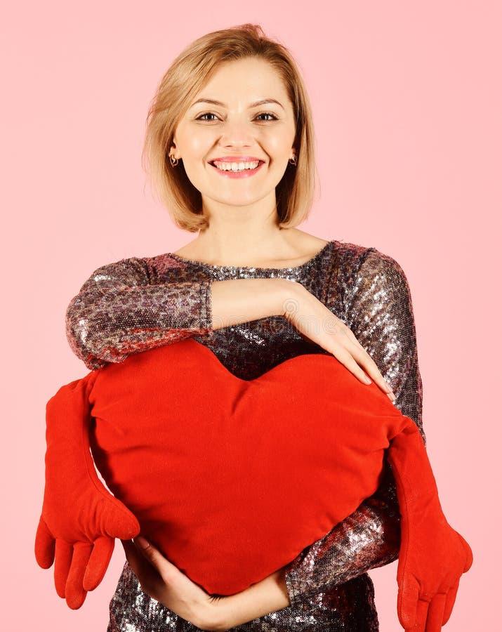 Dama z blondynem stawia jej ręki wokoło zabawkarskiego serca zdjęcie royalty free