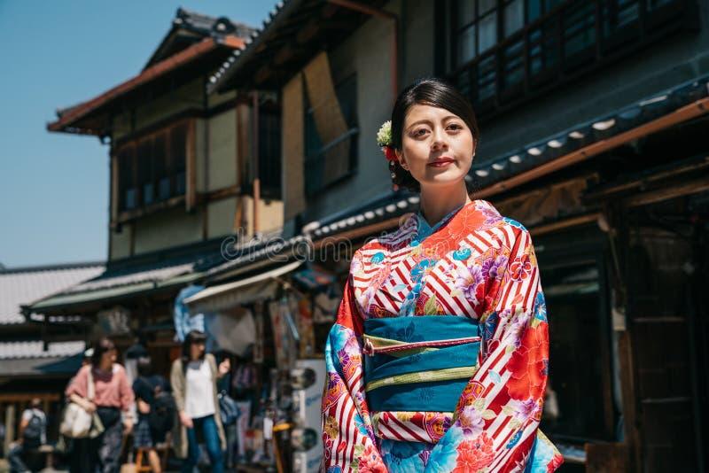 Dama z kimona i kwiatu hairpin na głowie zdjęcia stock