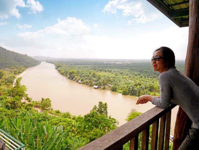 Dama z piękną rzeką i widokiem górskim zdjęcie royalty free
